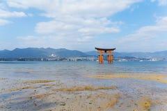 Torii в блеске Itsukushima стоковая фотография rf