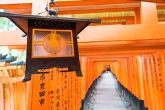 torii красного цвета стробирует дорожку на святыне taisha inari fushimi в Ky Стоковые Фотографии RF