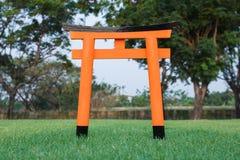 Torii anaranjado del japonés con la hierba verde Imagen de archivo libre de regalías
