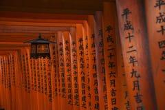 Torii au tombeau de Fushimi Inari-taisha, Kyoto Photographie stock libre de droits