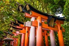 Torii bij het heiligdom van Fushimi Inari Taisha Stock Fotografie