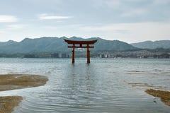 Torii di galleggiamento al santuario di Itsukushima immagine stock libera da diritti