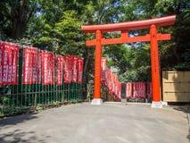 Torii en la capilla de Hie Jinja, Tokio, Japón imagenes de archivo