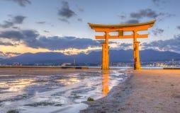 Torii en la capilla de Itsukushima Foto de archivo