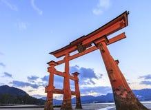 Torii en la capilla de Itsukushima Fotos de archivo