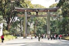 Torii en Meiji Shrine, Tokio, Japón Fotos de archivo libres de regalías