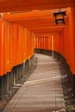 Стробы Torii святыни Fushimi Inari в Киото, Японии Стоковые Фото