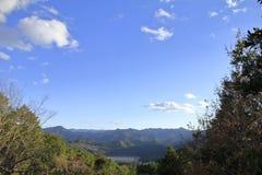 Torii grande de ex Santuário de Kumano Hongu Taisha, vista da rota da peregrinação de Kumano imagem de stock royalty free