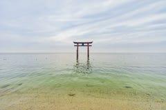 Torii in het Meer Biwa, Shirahige-Heiligdom stock foto