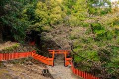 Torii japonais et barrière images stock