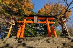 Torii na entrada do pagode da paz de Chureito fotografia de stock