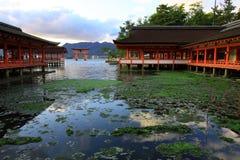 Torii och gammala japan skiner i Miyajima öar Royaltyfria Bilder