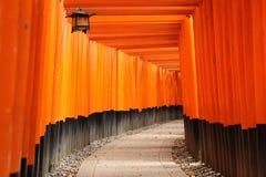 Torii på den Fushimi Inari relikskrin med latern Royaltyfri Fotografi