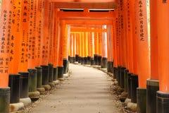 Torii på den Fushimi Inari relikskrin med tecken Royaltyfria Foton