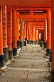 Torii på den Fushimi Inari relikskrin med tecken Royaltyfri Bild