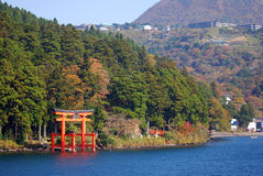 Torii på laken Ashi, Hakone nationalpark, Japan Royaltyfri Bild