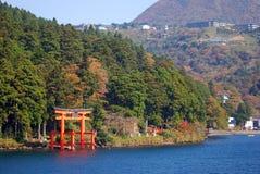 Torii på laken Ashi, Hakone nationalpark, Japan Royaltyfri Bild
