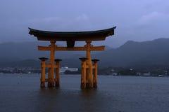 Torii port i Miyajima, Japan Arkivfoton