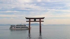 Torii port & kryssningskepp, Lake Biwa Japan stock video