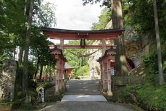 Torii port på den Takkou grottaBisyamon korridoren, Hiraizumi royaltyfria foton