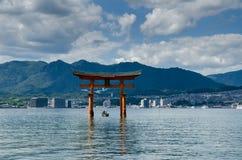 Torii - porta de flutuação da ilha de Miyajima (Itsukushima) foto de stock royalty free