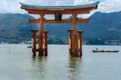 Torii - porta de flutua??o da ilha de Miyajima (Itsukushima) fotografia de stock