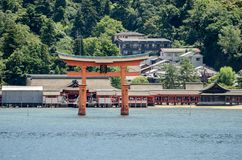 Torii - porta de flutua??o da ilha de Miyajima (Itsukushima) foto de stock