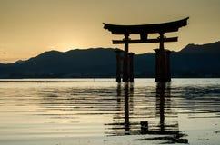 Torii - porta de flutua??o da ilha de Miyajima (Itsukushima) no tempo do por do sol imagens de stock