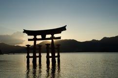 Torii - porta de flutua??o da ilha de Miyajima (Itsukushima) no tempo do por do sol foto de stock