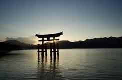 Torii - porta de flutua??o da ilha de Miyajima (Itsukushima) no tempo do por do sol imagens de stock royalty free