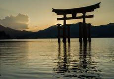 Torii - porta de flutua??o da ilha de Miyajima (Itsukushima) no tempo do por do sol foto de stock royalty free