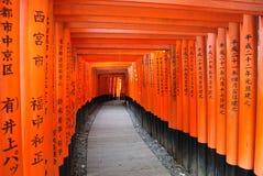 Torii portar i den Fushimi Inari relikskrin Arkivbild