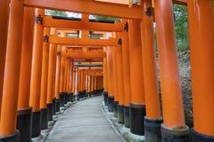 Torii portar i den Fushimi Inari relikskrin Royaltyfria Foton