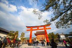Torii portar i Fushimi Inari förvarar, Kyoto, Japan Arkivfoto