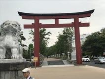 TORII-PORTINGÅNG TILL DEN STORA BUDDAHEN I JAPAN arkivbilder