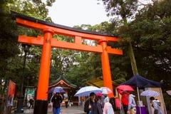 Torii przy świątynią gruntuje Japońskiej bramy religijną architekturę obrazy stock