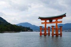 Torii przy Itsukushima świątynią, Mayujima, Japonia zdjęcia royalty free