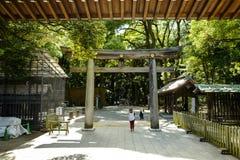 Torii que conduz ao parque de Meiji Shrine, situado em Shibuya, T?quio foto de stock royalty free