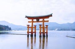 Torii rosso famoso del portone che sta nell'oceano sull'isola di Miyajima, Fotografie Stock