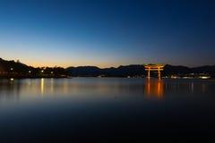 Torii-Tor in Miyajima, Hiroshima, Japan in der Dämmerungszeit Lizenzfreie Stockfotos