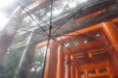 Torii a través del paraguas en día lluvioso foto de archivo libre de regalías