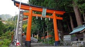 Torii vermelho em Nachi cai santuário em Japão fotos de stock