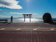 Torii w jeziorze z niebieskiego nieba tłem zdjęcia royalty free