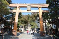 Toriipoort bij het Heiligdom van Sakurayama Hachimangu, een beroemde historische plaats in Takayama, Gifu Japan - April 2019 stock fotografie