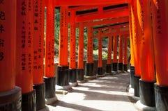Toriipoorten bij het Heiligdom van Fushimi Inari in Kyoto, Japan Stock Afbeelding