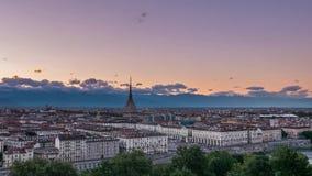 Torino horizon de Turin, Italie avec la taupe Antonelliana dominant des bâtiments Timelapse s'effaçant du coucher du soleil au cr banque de vidéos