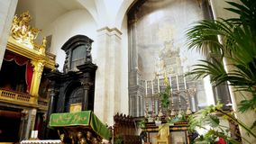 TORINO, ITÁLIA - 7 DE JULHO DE 2018: Interior de di Torino do domo da catedral de Turin, construído em 1470 É a capela do santame video estoque