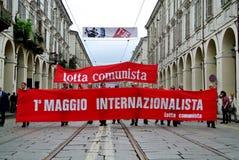 Torino, Italia: dimostrazione per le bandiere rosse e le insegne di festa del lavoro Fotografia Stock