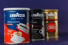 TORINO, ITALIA - 2 maggio 2019: Barattolo del caff? di Lavazza su Violet Background Genere e gusto differenti di caff? di Lavazza immagini stock