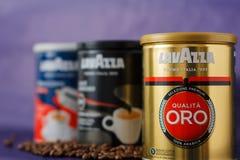 TORINO, ITALIA - 2 maggio 2019: Barattolo del caff? di Lavazza su Violet Background Genere e gusto differenti di caff? di Lavazza immagini stock libere da diritti